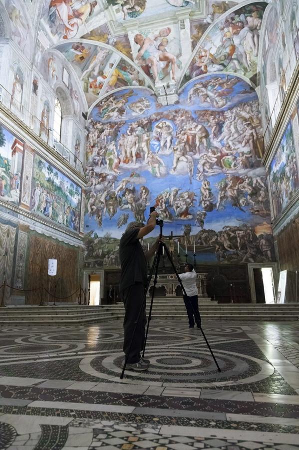 Bill Armstrong mentre lavora in Cappella Sistina. Foto Governatorato SCV, Direzione dei Musei