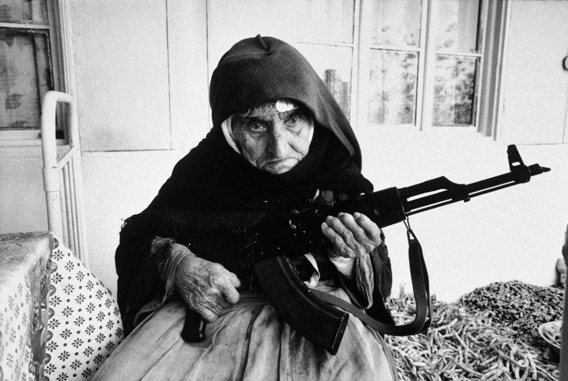Anziana donna armena fa la guardia armata davanti a casa durante gli scontri tra Armenia e Azerbaijan per il Nagorko-Karabakh, 1990 Degh, Armenia © courtesy UN Photo/Armineh Johannes
